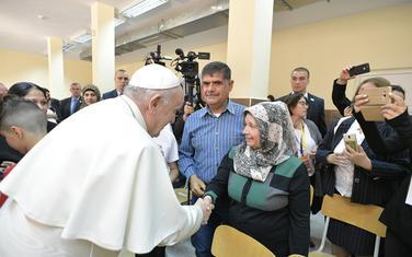 Papa Franjo u posjeti izbjegličkom centru