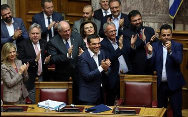Cipras i ćlanovi njegove vlade aplaudiraju nakon što im je izglasano povjerenje