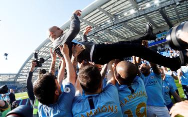 Gvardiola na rukama igrača