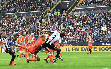 Samir iz Udinezea postiže gol za 1:0