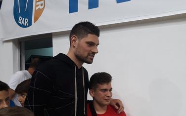 Nikola Vučević sa najmlađim obožavaocima u Baru