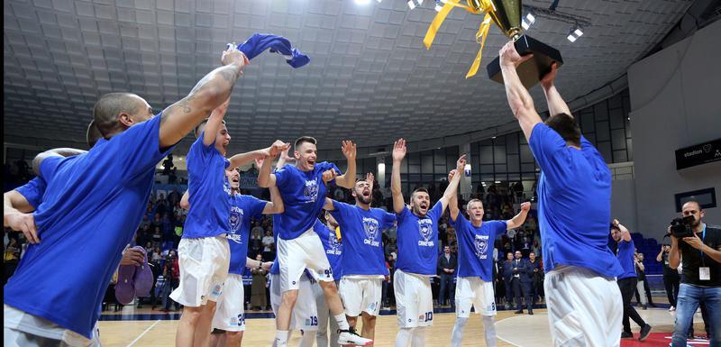Košarkaši Budućnosti proslavljaju titulu (Foto: Filip Roganović)