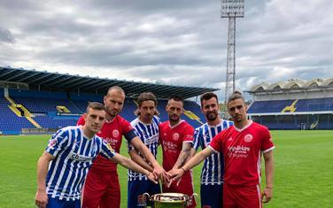 Fudbaleri Budućnosti i Lovćena poziraju sa trofejom Kupa