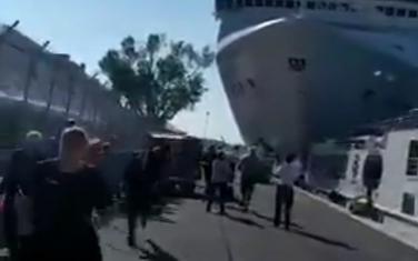 """Kruzer """"MSC"""" udario u mali turistički brod"""