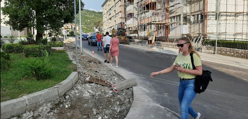 Raskopani trotoari u Tivtu