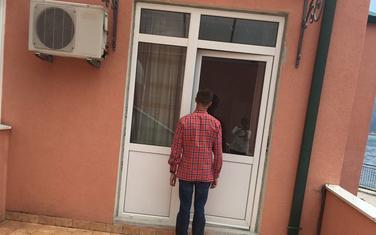 D. M. ispred stana u kom živi