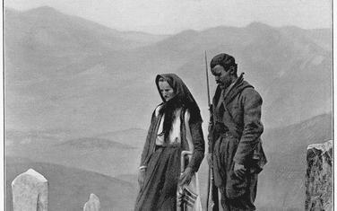 Žena/majka i sin nad grobom muža/oca, Skadar 1913.