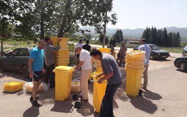 Mještanima podijeljeno 40 kanti za sakupljanje otpada