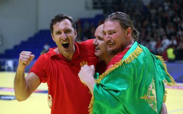 Draško Mrvaljević slavi pobjedu nad Danskom sa Zoranom Roganovićem i Mirkom Radovićem