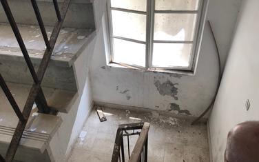 Oštećeni zidovi, malter pada...