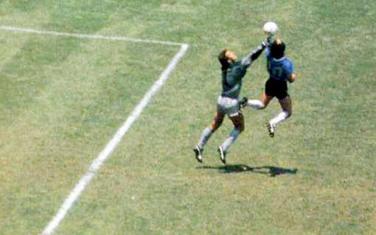 Maradona postiže gol protiv Engleske