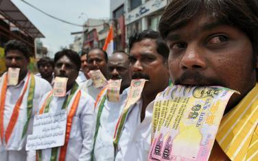 Demonstranti traže nazad novac kojim su podmićivali političare