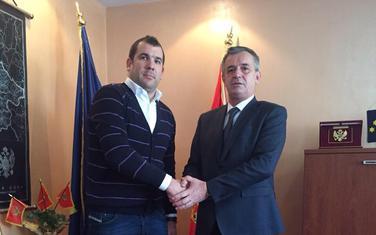 Popović (desno) predao vlast Krapoviću