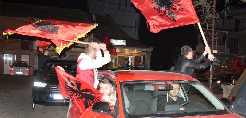 Slobodno isticanje nacionalnih simbola: Izborno slavlje u Tuzima