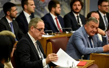 Vladajuća koalicija predložila Etički kodeks: Detalj iz Skupštine