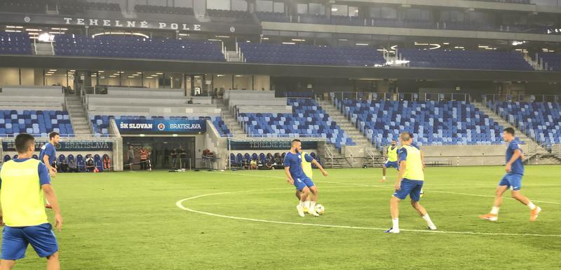Fudbaleri Sutjeske sinoć na treningu u Bratislavi
