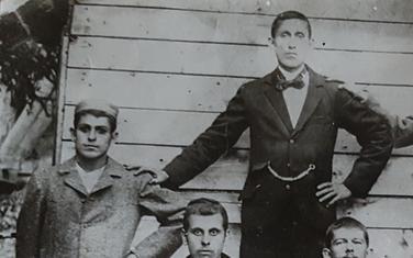 Manojlo Mišnić (stoji prvi slijeva) s braćom Ilijom, Vukajlom i Milijom dok su početkom prošlog vijeka radili u Americi