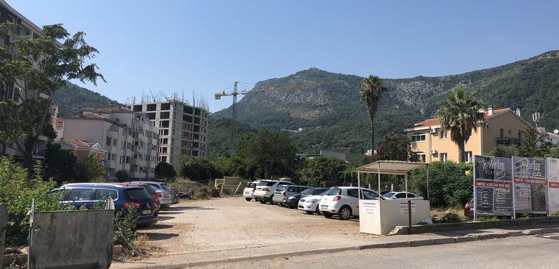 Parcela na kojoj je predviđena gradnja i Pribilovićeva kuća desno