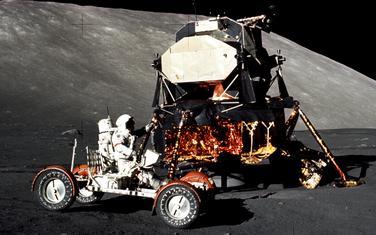 Komandant misije Apolo 17 Judžin Sernan vozi LRV na Taurus-Litrou 11. decembra 1972