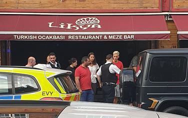 Mesut Ozil ispred restorana u koji je pobjegao od bande