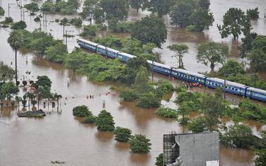 Voz je ostao zaglavljen u vodi između dvije stanice u blizini Mumbaja