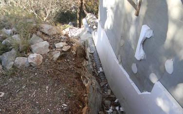 Privatna parcela korišćena kao deponija građevinskog materijala