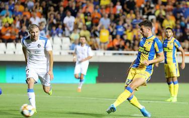 Pavlović postiže gol za APOEL