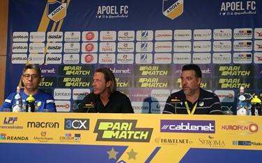 Trener APOEL-a Tramecani (u sredini) na konferenciji za medije