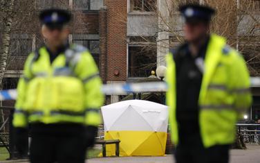 Engleski policajci u blizini mjesta na kojem su nađeni otrovani Sergej i Julija Skripalj