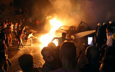 Ljudi su pokušali da ugase požar ispred bolnice