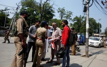 Indijska policija provjerava dokumenta građanima u Šrinagaru