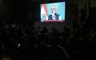 Ljudi u Indiji gledaju na televiziji obraćanje Modija