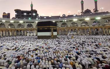 Muslimani se mole u džamiji u Meki