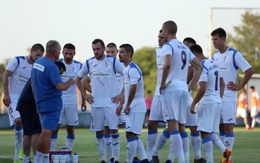 Fudbaleri Sutjeske tokom pauze za vodu na meču sa Zetom
