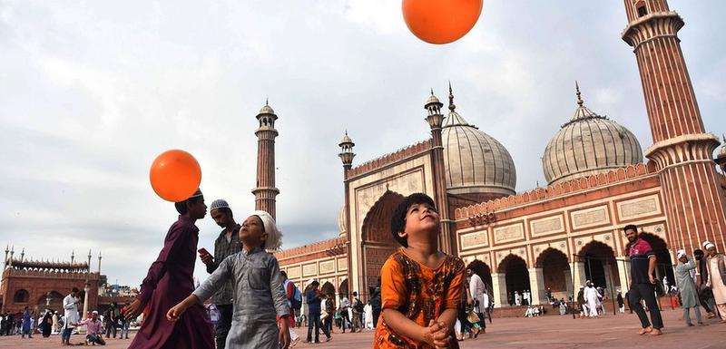 Mali Indijci se igraju nakon molitve ispred džamije Jama Masjid u Nju Delhiju