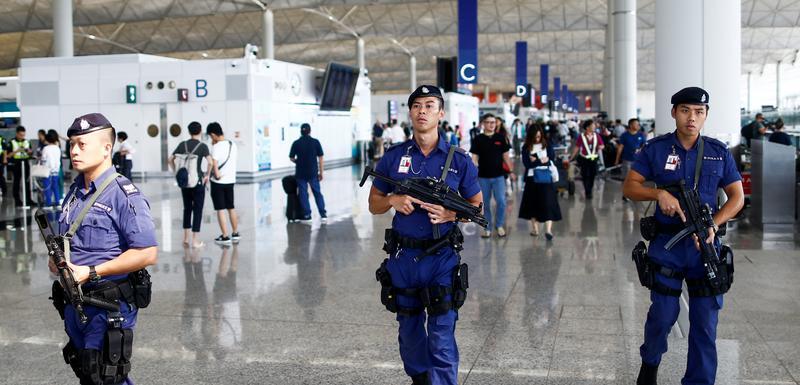 Policija na aerodomu u Hongkongu