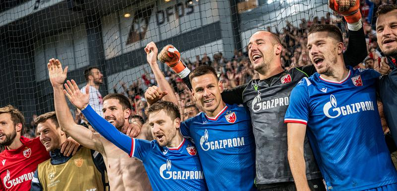Heroj Milan Borjan slavi sa saigračima iz Crvene zvezde