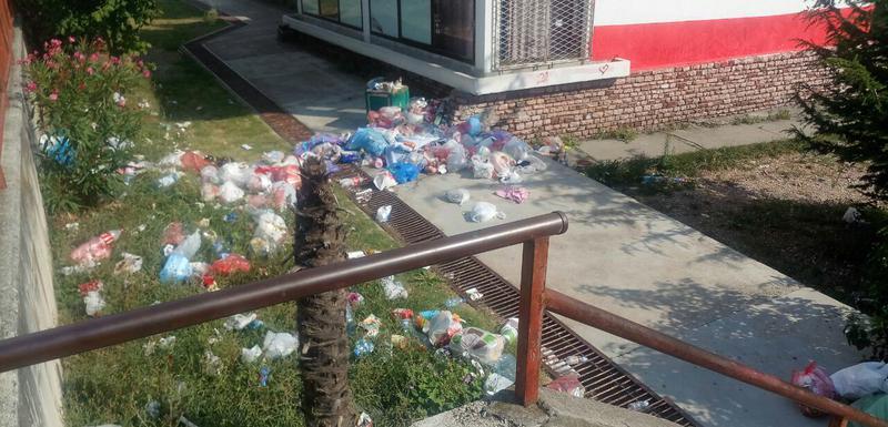 Razbacana gomila smeća kod barske OŠ