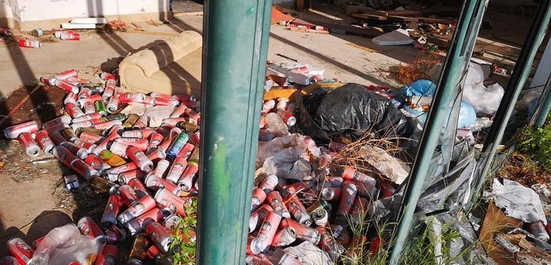 Gomile smeća, polomljen inventar, neprijatan miris