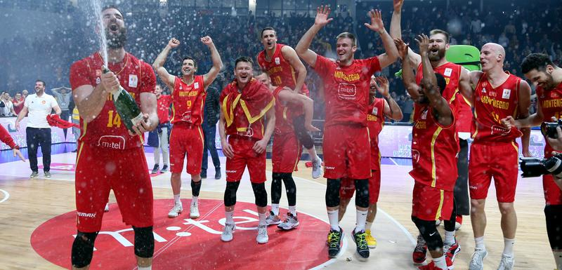 Ekipa za ponos: Slavlje košarkaša nakon utakmice sa Letonijom