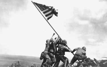 Američki marinci podižu zastavu na Ivo Džimi jednoj najrkvavijih bitaka u Drugom svjetskom ratu