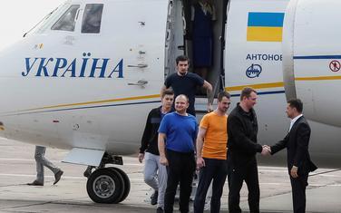 Predsjednik Ukrajine Volodimir Zelenski dočekuje oslobođene ukrajinske zarobljenike