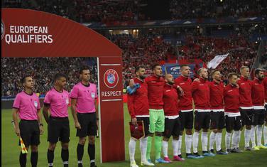 Fudbaleri Albanije prilikom intoniranja himne u Parizu