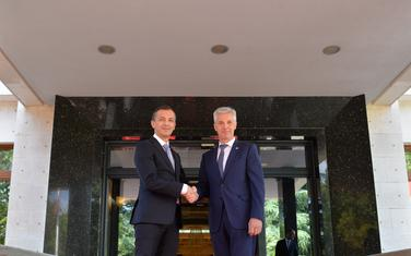 Pabriks (desno) tokom jučerašnjeg sastanka sa crnogorskim ministrom odbrane Predragom Boškovićem