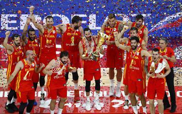 Košarkaši Španije sa pobjedničkim peharom
