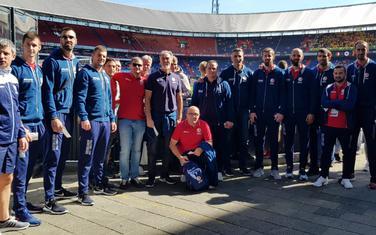 Odbojkaši Crne Gore ispred roterdamskog stadiona