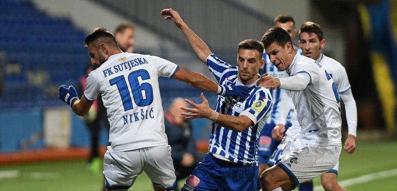 Miloš Mijić (Budućnost) okružen fudbalerima Sutjeske na prošlogodišnjem meču