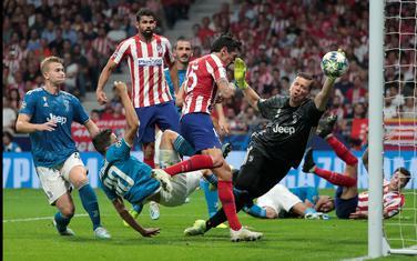 Stefan Savić postiže gol protiv Juventusa