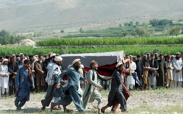 Muškarci nose kovčeg sa tijelom jedne od žrtava