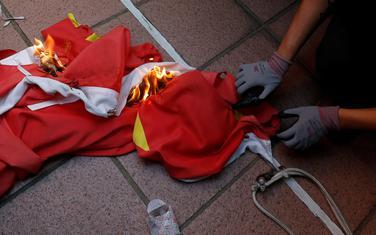 Demonstranti su zapalili kinesku zastavu